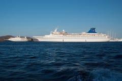 Patmos, Griekenland - April 19, 2010: passagiersschepen in blauwe overzees Cruiseschepen of voeringen op zonnige hemel Het kruise Royalty-vrije Stock Fotografie