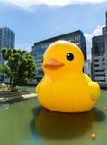 Pato amarillo grande en Osaka Foto de archivo