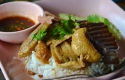 Pato cocido al vapor en sopa marrón en el arroz Imagenes de archivo