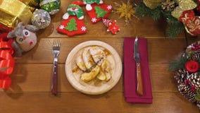Pato cocido apetitoso con las manzanas cortadas por días de fiesta, servido la tabla metrajes