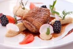 Pato con la salsa de la fruta imagenes de archivo