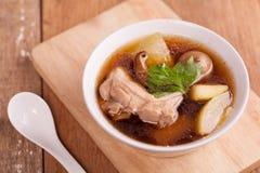 Pato con la sopa de la cal Imagenes de archivo