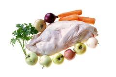 Pato cru do pato pronto para cozinhar com vegetais e maçãs Imagem de Stock Royalty Free