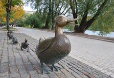 Pato da escultura A com patinhos Imagem de Stock