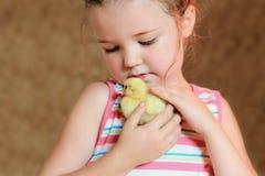 Pato de abrazo del bebé de la niña Fotos de archivo libres de regalías