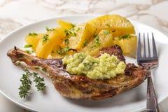 Pato de assado com batatas e molho de alho dourados com ervas Fotografia de Stock Royalty Free