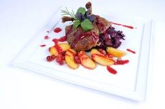 Pato de assado de jantar fino da refeição com maçãs Foto de Stock