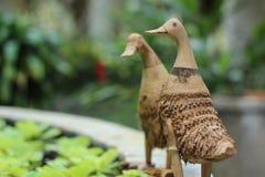 Pato de bambu na borda da bacia Foto de Stock