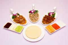 pato de beijing de três pratos e uma placa da panqueca fotografia de stock royalty free