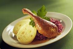 Pato de carne asada, col roja y bolas de masa hervida Fotos de archivo