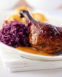Pato de carne asada con la col roja. Cocina alemana fotos de archivo libres de regalías