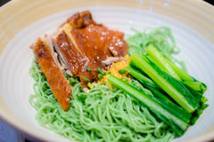 Pato de carne asada con la sopa de fideos verde Fotos de archivo libres de regalías