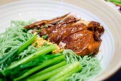 Pato de carne asada con la sopa de fideos verde foto de archivo