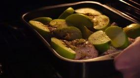 Pato de carne asada con las manzanas, las naranjas y las patatas en el horno Prepara una cena deliciosa de la tarde almacen de metraje de vídeo