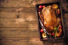 Pato de carne asada de la Navidad con las manzanas y las naranjas en la bandeja de la hornada Imagen de archivo