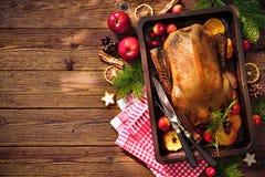 Pato de carne asada de la Navidad con las manzanas y las naranjas en la bandeja de la hornada Imagen de archivo libre de regalías
