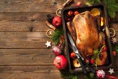 Pato de carne asada de la Navidad con las manzanas y las naranjas en la bandeja de la hornada Fotografía de archivo