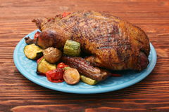 Pato de carne asada festivo con las verduras Fotos de archivo