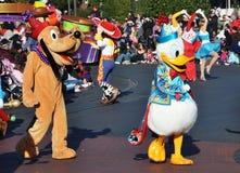 Pato de Donald y Pluto en el desfile de Disney Fotos de archivo