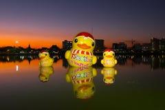 Pato de goma gigante, Udonthani, Tailandia fotos de archivo
