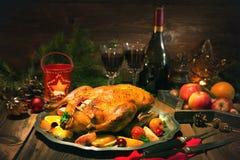 Pato de la Navidad de la carne asada con las manzanas Fotos de archivo libres de regalías