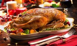 Pato de la Navidad de la carne asada con las manzanas Imágenes de archivo libres de regalías
