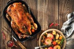 Pato de la Navidad de la carne asada con las manzanas Imagen de archivo