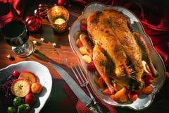 Pato de la Navidad de la carne asada con las manzanas Imagenes de archivo