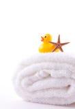 Pato de la toalla y del caucho imagen de archivo