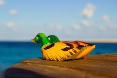 Pato de mandarín de madera de las estatuillas. amor del símbolo Imágenes de archivo libres de regalías