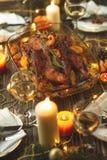 Pato do assado na cidade de China Tabela da ação de graças servida com o peru, decorado com alecrins e sementes e velas da romã P imagens de stock royalty free