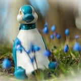 Pato do brinquedo com flores da mola fotos de stock royalty free