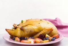 Pato inteiro com maçãs, bagas e tomilho Fotos de Stock