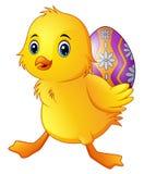 Pato pequeno bonito que leva um ovo decorado ilustração stock