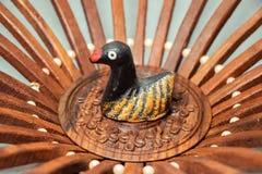 Pato pintado da argila em uma cesta de madeira de Bangladesh foto de stock