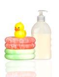 Pato plástico amarelo sobre esponjas e banho dis do barco Imagens de Stock