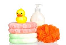 Pato plástico amarelo sobre esponjas e banho dis do barco Fotos de Stock Royalty Free