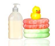 Pato plástico amarelo sobre esponjas e banho do barco Imagens de Stock Royalty Free