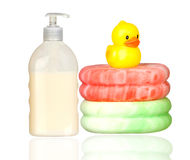 Pato plástico amarillo sobre esponjas y baño del barco Imágenes de archivo libres de regalías