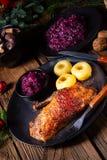 Pato roasted clássico e friável com couve e bolinhas de massa imagem de stock
