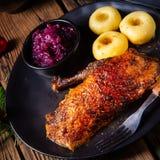 Pato roasted clássico e friável com couve e bolinhas de massa foto de stock royalty free