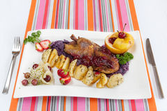 Pato Roasted com batatas e vegetais Fotografia de Stock Royalty Free