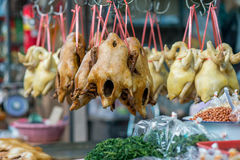 Pato y pollo asados en un mercado chino Fotos de archivo