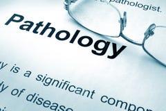 Patologi som är skriftlig på ett papper royaltyfria bilder