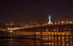 Paton桥梁视图从Dnieper左岸的。 基辅, Ukrain 免版税库存图片