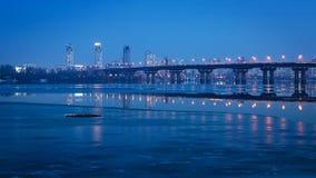 Paton-Brücke nachts, über dem Dnepr-Fluss Kiew, Ukraine Lizenzfreie Stockfotos