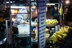 PATONG海滩,泰国- 2017年5月19日:夜生活在泰国 街道食物 A准备一个薄煎饼用在的巧克力 库存照片