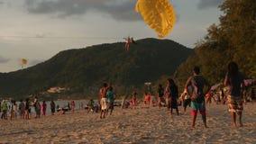 PATONG,普吉岛,泰国2016年7月:在一个热带海滩的降伞 影视素材