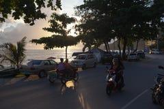 Patong - 5月01 :乘坐在摩托车的泰国妇女 库存图片