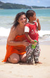 Patong - 5月03 :俄国妇女拥抱泰国孩子 免版税图库摄影